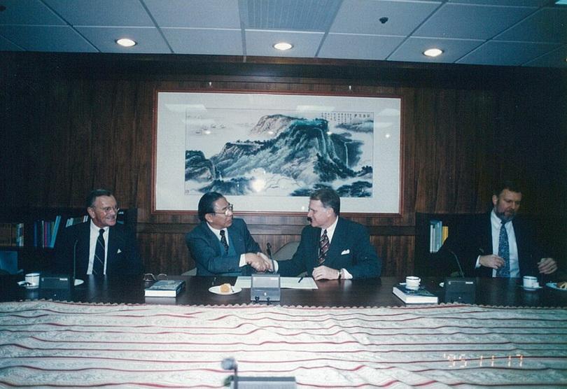 19950927李亦園執行長與亞洲基金會執行長William P. Fuller簽署協定